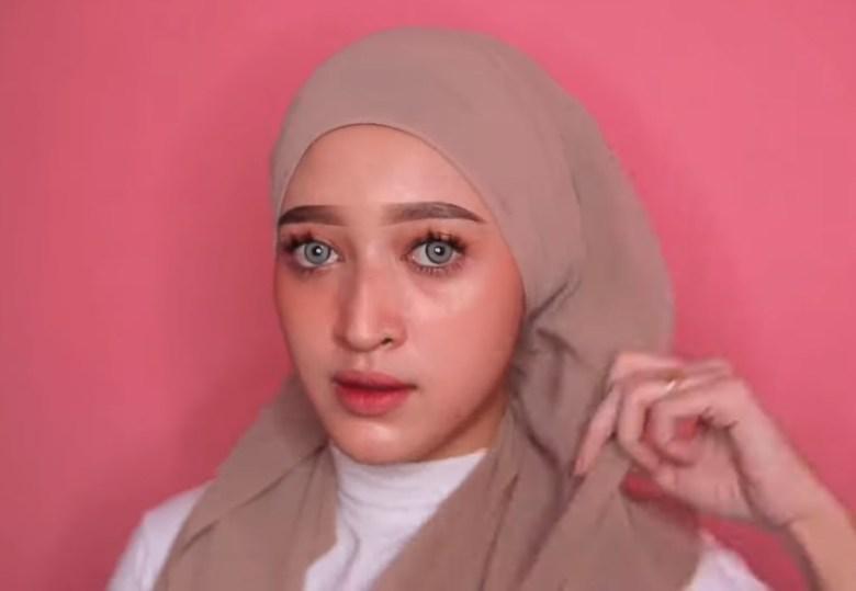 Tutorial Hijab Pashmina Kekinian dan Hits Simple dan Mudah, Bawa Sisi HIjab yang Lainnya Hingga ke Atas Kepala