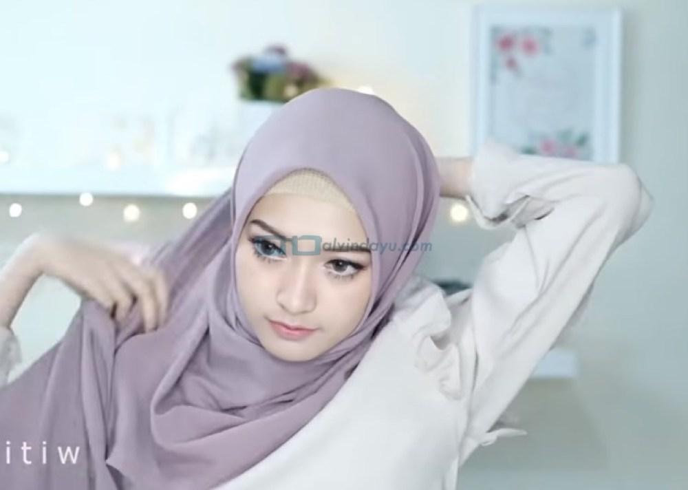 Tutorial Hijab Pashmina Pesta Cantik dan Elegan, Bawa Sisi Hijab yang Panjang ke Belakang