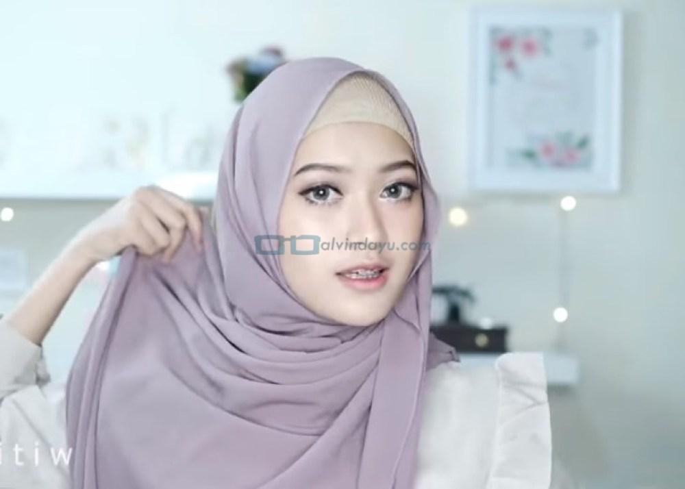 Tutorial Hijab Pashmina Pesta Pernikahan, Bawa Sisi Hijab Panjang Bagian Bawah ke Belakang Sisi Lainnya