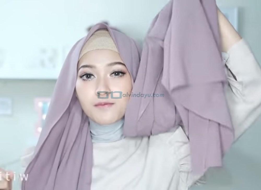 Tutorial Hijab Pashmina Pesta Pernikahan, Pastikan Salah Satu Sisi Hijab Lebih Panjang