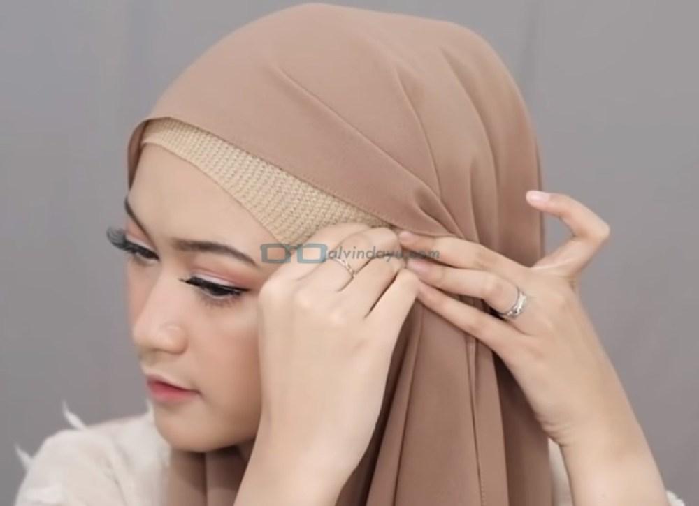 Tutorial Hijab Pashmina Simple Menutup Dada untuk Wajah Bulat, Sematkan Jarum Pentul