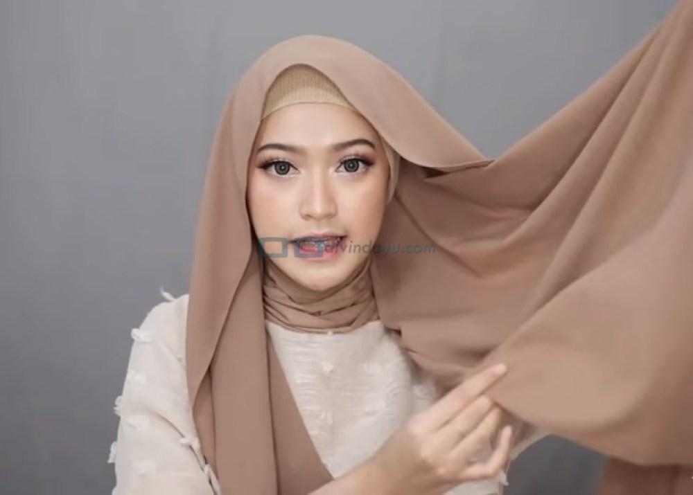Tutorial Hijab Pashmina Simple Syari Menutup Dada, Ambil Sisi Bawah Hijab yang Paling Panjang