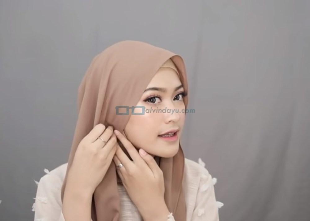 Tutorial Hijab Pashmina Simple Syari untuk Remaja, Rapikan Sisi Samping Hijab
