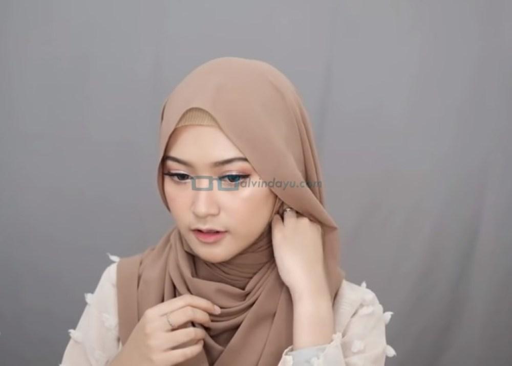 Tutorial Hijab Pashmina Simple Syari untuk Remaja, Rapikan dan Sematkan Jarum Pentul Bila Perlu