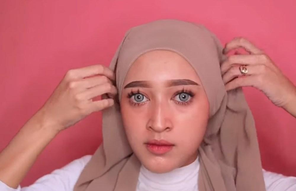 Tutorial Hijab Pashmina Simple dan Mudah Kekinian, Rapikan dan Lipat Hijab Kembali Agar Sesuai dengan Bentuk Wajah