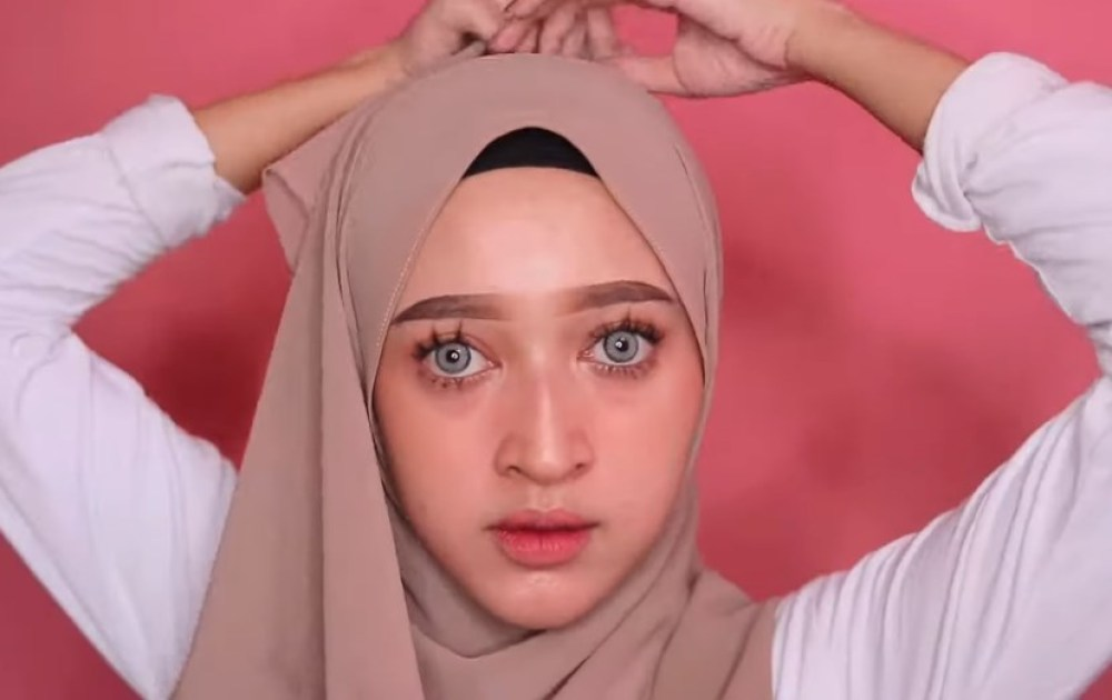 Tutorial Hijab Pashmina Wajah Bulat Simple dan Mudah, Bawa Salah Satu Sisi Hijab ke Atas Belakang Kepala