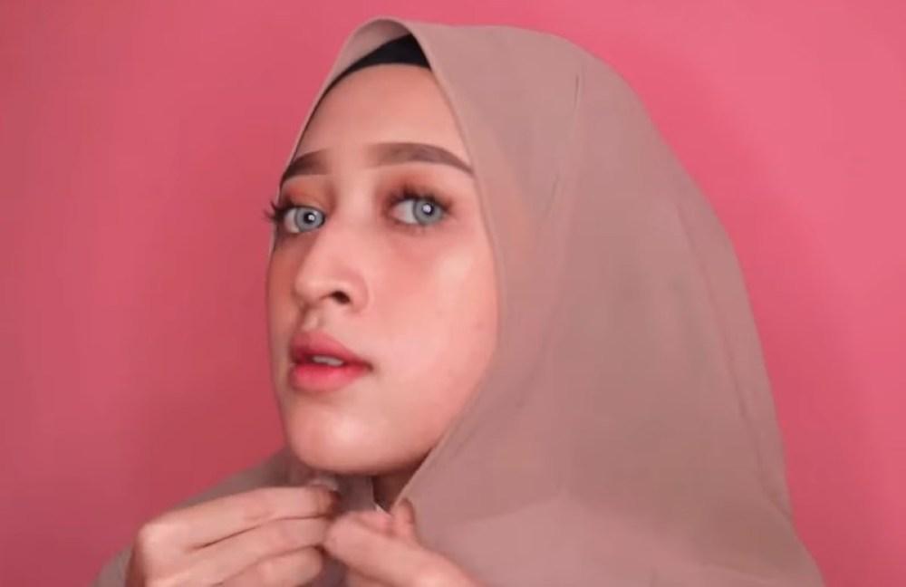 Tutorial Hijab Pashmina Wajah Bulat Simple dan Mudah, Sematkan Jarum Pentul di Bawah Dagu