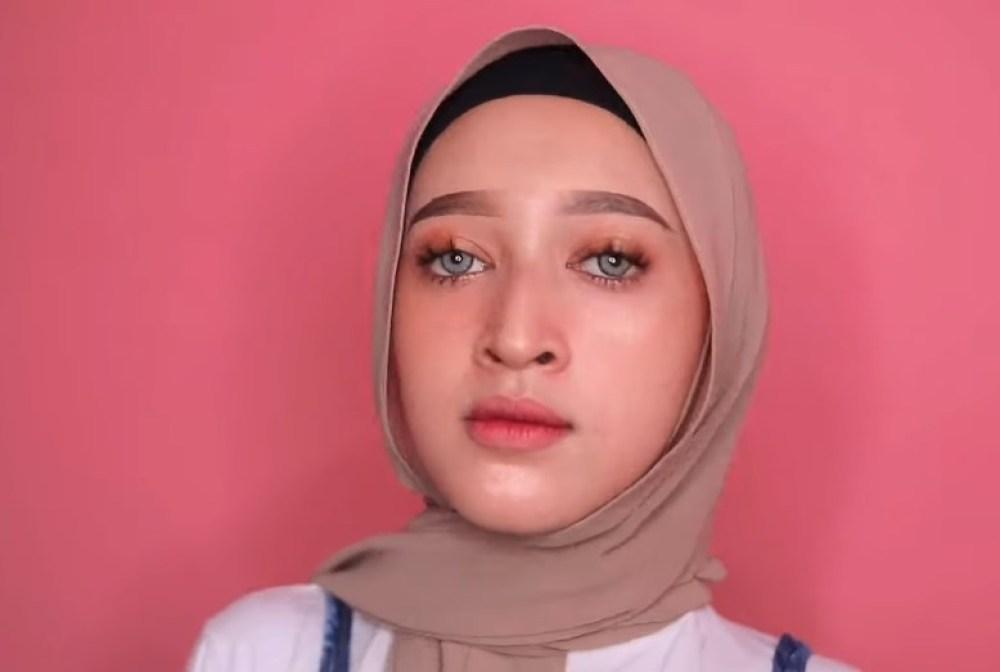 Tutorial Hijab Pashmina untuk Remaja Simple dan Mudah, Silangkan Salah Satu Sisi Hijab ke Belakang