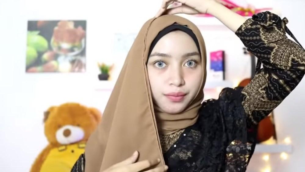 Tutorial Hijab Pesta Elegan Segi Empat, Bawa Sisi Hijab Panjang Bagian Bawah Tersebut ke Atas Kepala