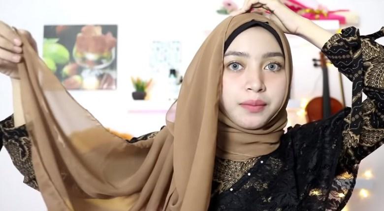 Tutorial Hijab Pesta Praktis Segi Empat, Rapikan dan Ambil Sisi Hijab Lainnya Menuju Keatas Kepala Juga