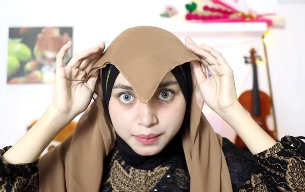 Tutorial Hijab Segi Empat Pesta Model Turban, Posisi Hijab Segiempat Bentuk Segitiga Secara Terbalik Diatas Kepala