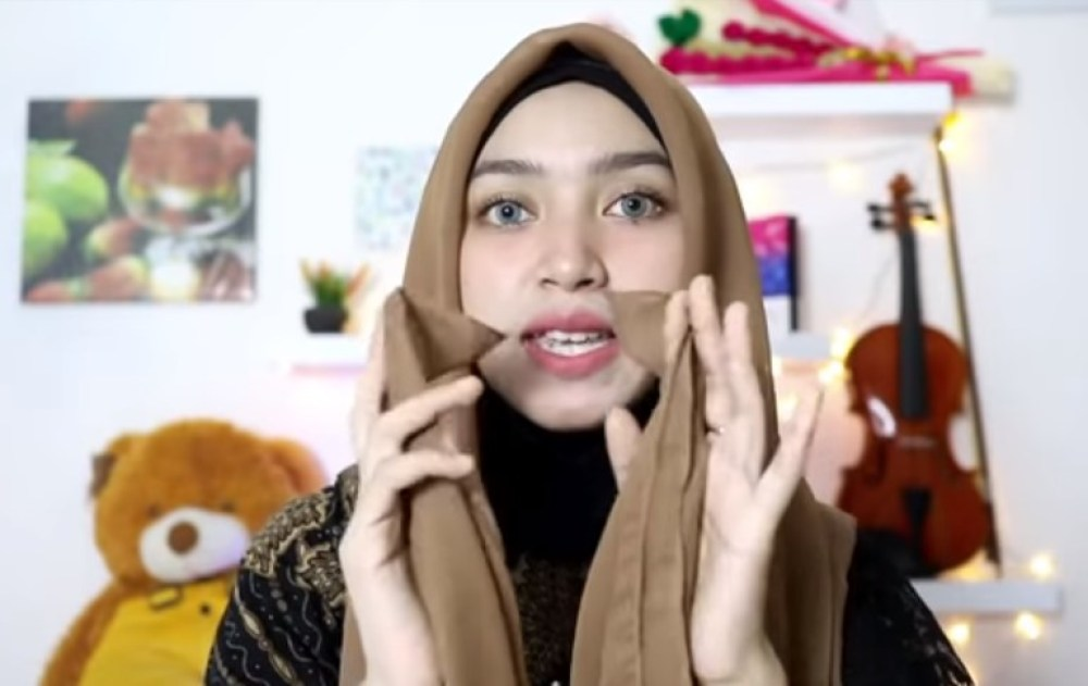 Tutorial Hijab Segi Empat Pesta Simple Modern Kekinian, Bentuk Hijab Segi Empat Menjadi Segi Tiga dan Pastikan Kedua Sisi Hijab Sama Panjangnya