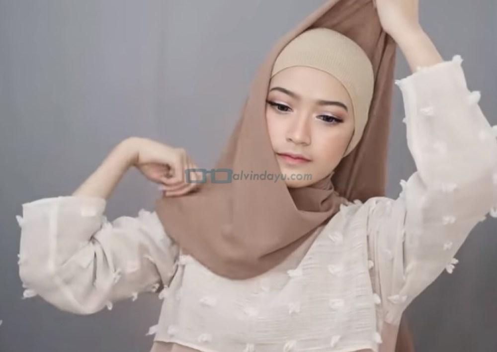Tutorial Pashmina Simple Menutup Dada Kekinian, Buat Hijab Hingga Menutupi Kepala