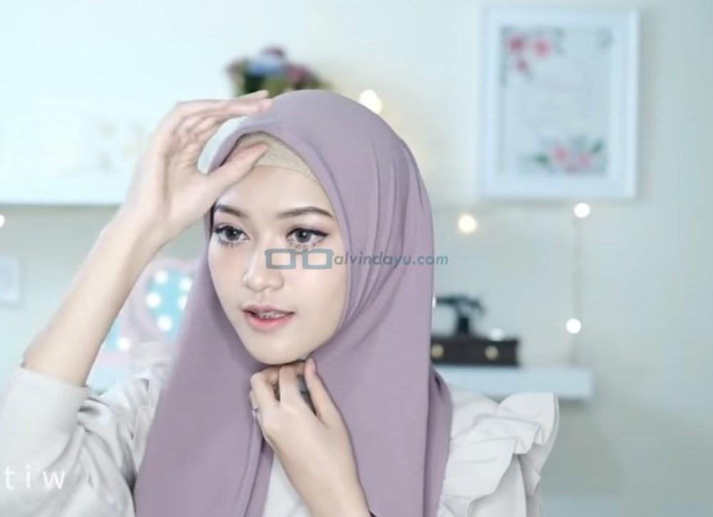 Tutorila HIjab Pashmina Pesta Ala Selebgram, Rapikan Hijab Pashmina Sesuai Bentuk Wajah dan Pastikan Salah Satu Sisi Hijab Lebih Panjang