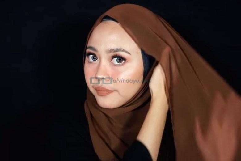 Tutorial Hijab Pashmina Diamond Pesta, Bawa Sisi Hijab yang Dilipat ke Sisi Lainnya dan Sematkan Jarum Pentul