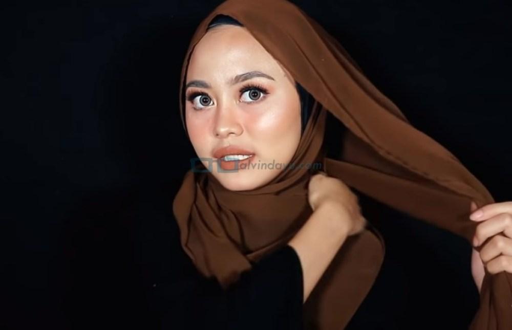 Tutorial Hijab Pashmina Diamond Pesta, Bawa Sisi Hijab yang Pendek ke Belakang dengan Rapi