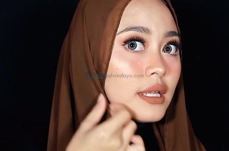 Tutorial Hijab Pashmina Diamond Pesta, Lipat Sedikit Sisi Hijab yang Lebih Pendek