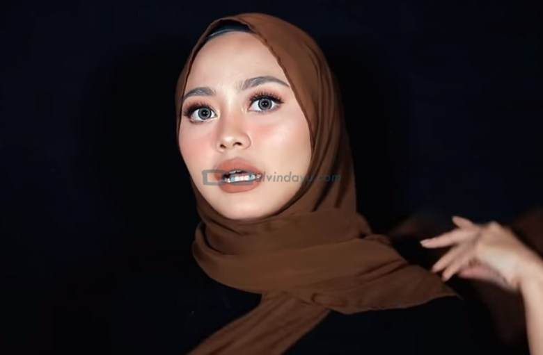 Tutorial Hijab Pashmina Diamond Simple dan Mudah, Bawa Salah Satu Sisi Hijab ke Belakang