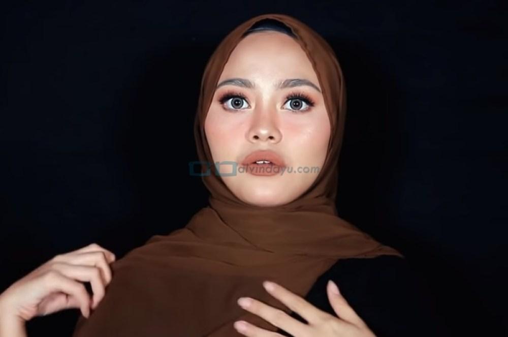 Tutorial Hijab Pashmina Diamond Simple dan Mudah, Bawa Sisi Hijab yang Lainnya ke Belakang