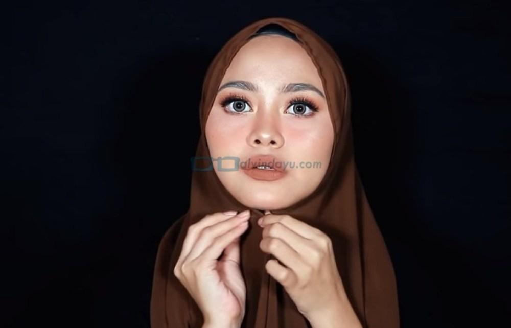 Tutorial Hijab Pashmina Diamond Simple dan Mudah, Sematkan Jarum Pentul Dibawah Dagu