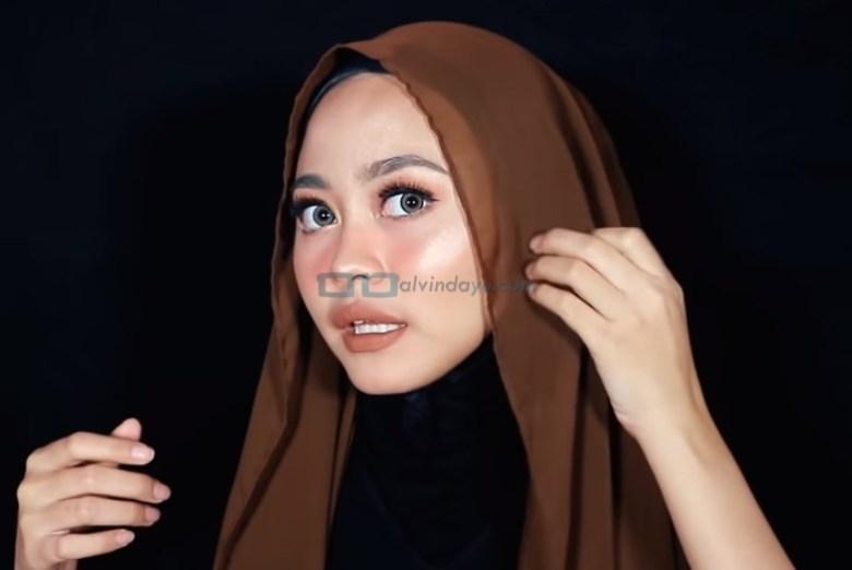Tutorial Hijab Pashmina Diamond Simple untuk Remaja, Lipat Sedikit Sisi Kanan dan Kiri Hijab dengan Rapi Sesuai Bentuk Wajah