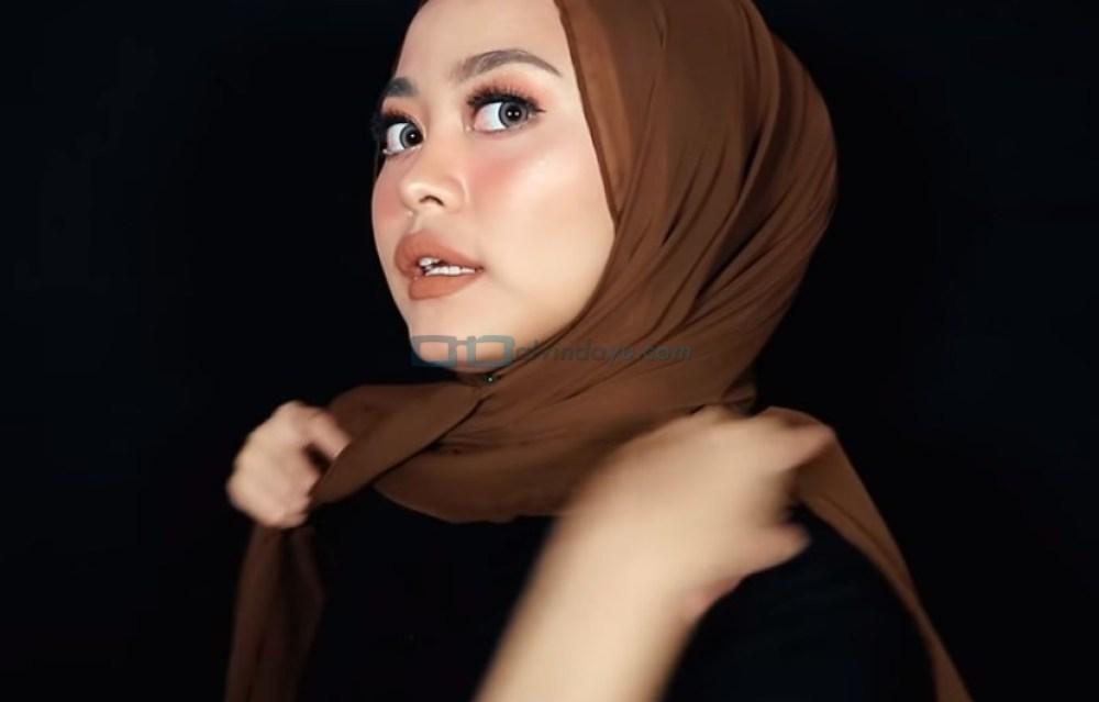 Tutorial Hijab Pashmina Diamond Syari Menutup Dada, Bawa dan Silangkan Sisi Hijab yang Pendek ke Belakang