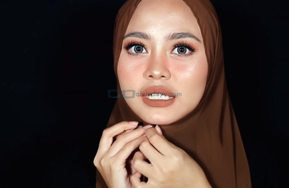 Tutorial Hijab Pashmina Diamond Syari Menutup Dada, Sematkan Jarum Pentul di Bawah Dagu