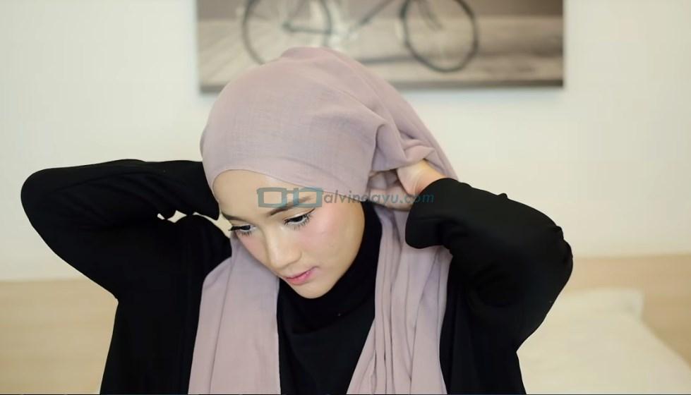 Tutorial Hijab Pashmina Diamond Turban, Sematkan Peniti Pada Hijab di Belakang Leher