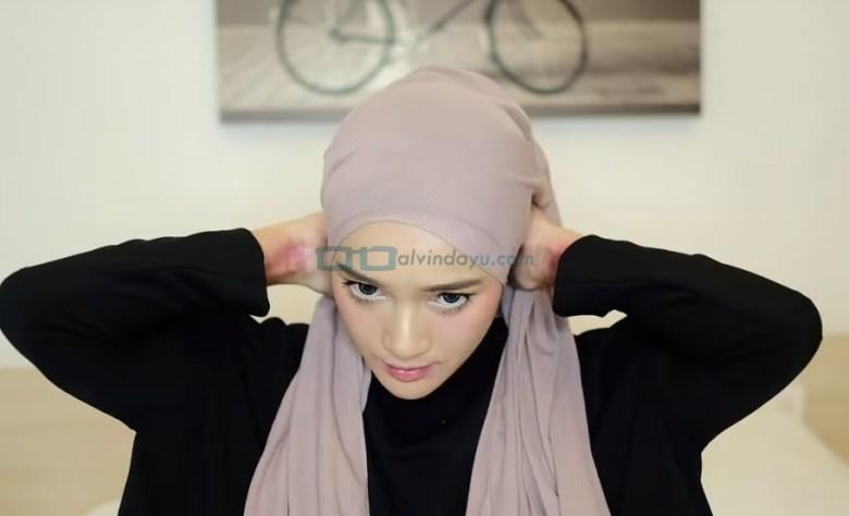 Tutorial Hijab Pashmina Diamond Turban, Sesuaikan dengan Bentuk Wajah dan Bawa Hijab ke Belakang Leher