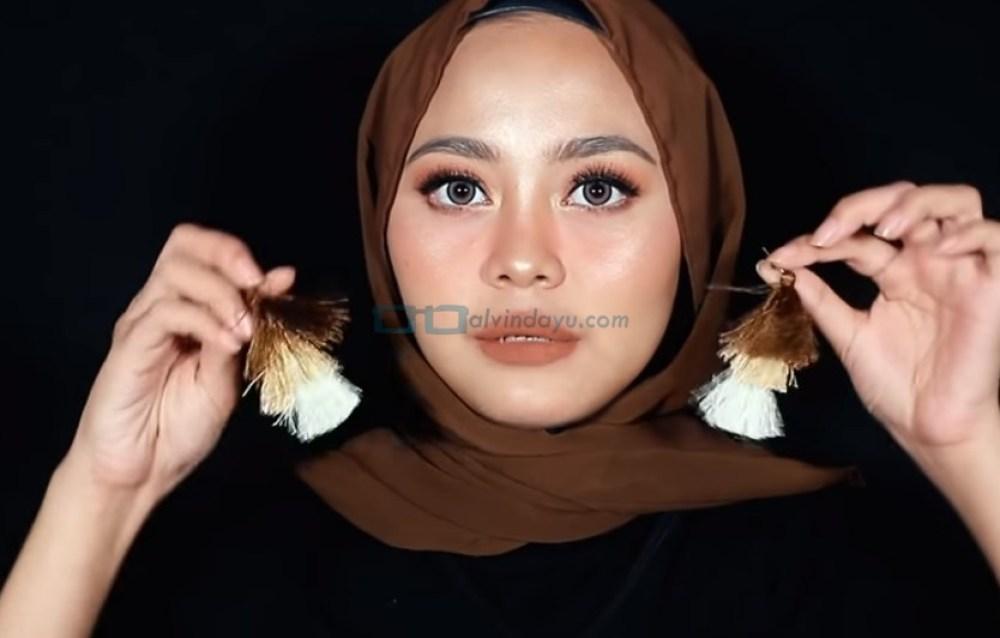 Tutorial Hijab Pashmina Diamond Wajah Bulat, Gunakan Aksesoris Hiijab Anting Tassel