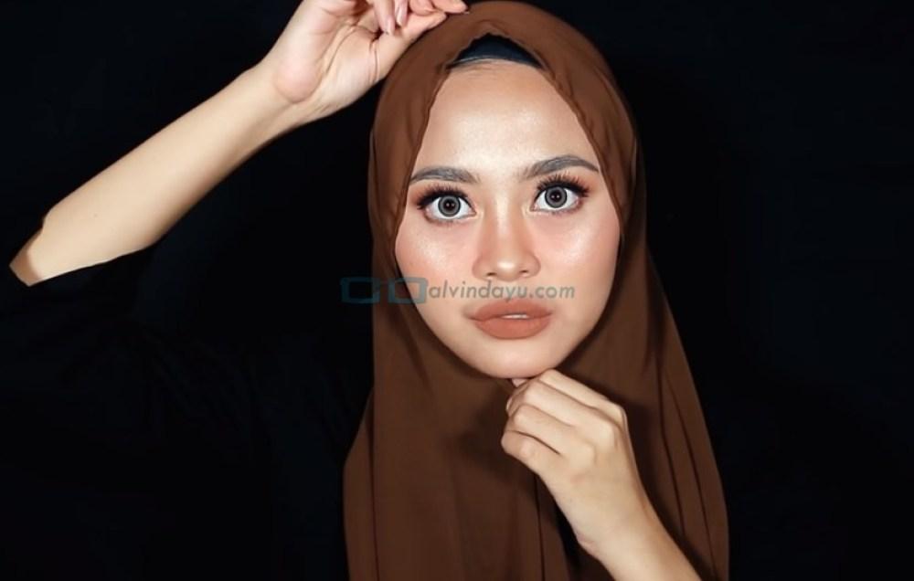 Tutorial Hijab Pashmina Diamond Wajah Bulat, Pegangi Hijab Dibawah Dagu dan Sematkan Jarum Pentul Diatas Kepala