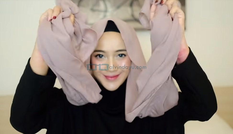 Tutorial Hijab Pashmina Pesta, Buat Kedua Sisi Hijab Sama Panjang