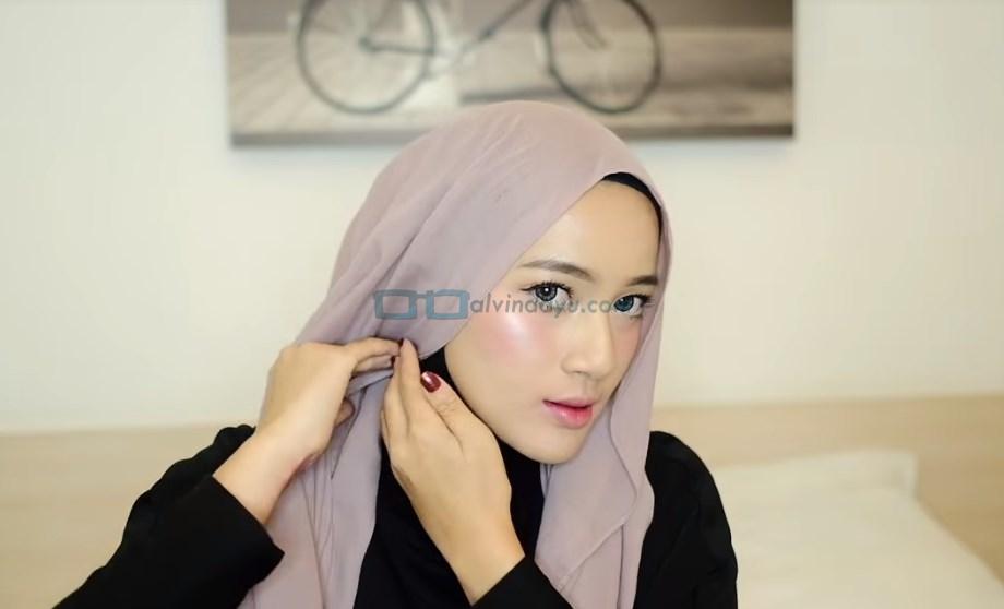 Tutorial Hijab Pashmina Pesta, Tempelkan Hijab di Samping Pipi atau Bawah Rahang