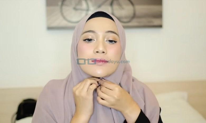 Tutorial Hijab Pashmina Simple dan Mudah, Kenakan Jarum Pentul Dibawah Dagu