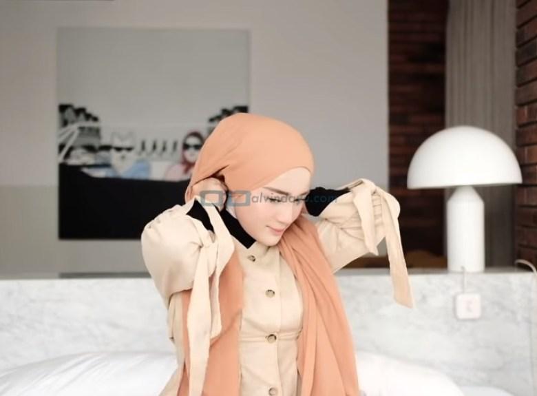 Tutorial Hijab Pashmina Simple dan Mudah Kuliah, Sematkan Peniti pada Hijab Bagian Belakang
