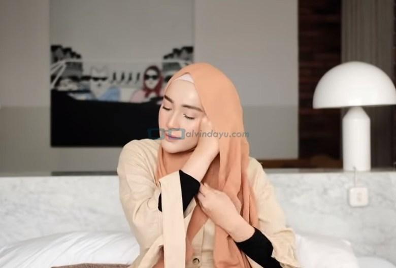 Tutorial Hijab Pashmina Simple untuk Remaja Kuliah, Bawa ke Samping Kepala Sisi yang Lainnya