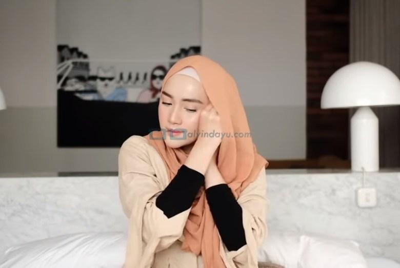 Tutorial Hijab Pashmina Simple untuk Wajah Bulat dan Berkacamata, Bawa Sisi Hijab Pashmina yang Sudah Dilipat ke Sisi Lainnya