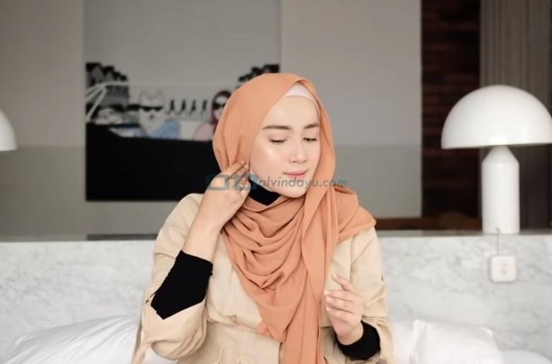 Tutorial Hijab Pashmina Simple untuk Wajah Bulat dan Berkacamata, Lipat Sedikit Salah Satu Sisi Samping Hijab Pashmina