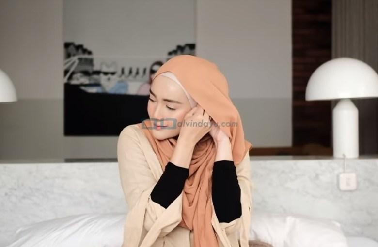 Tutorial Hijab Pashmina Simple untuk Wajah Bulat dan Berkacamata, Sematkan Jarum Pentul