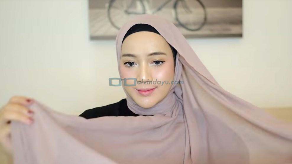 Tutorial Hijab Pashmina Syari, Ambil Sisi Hijab yang Panjang