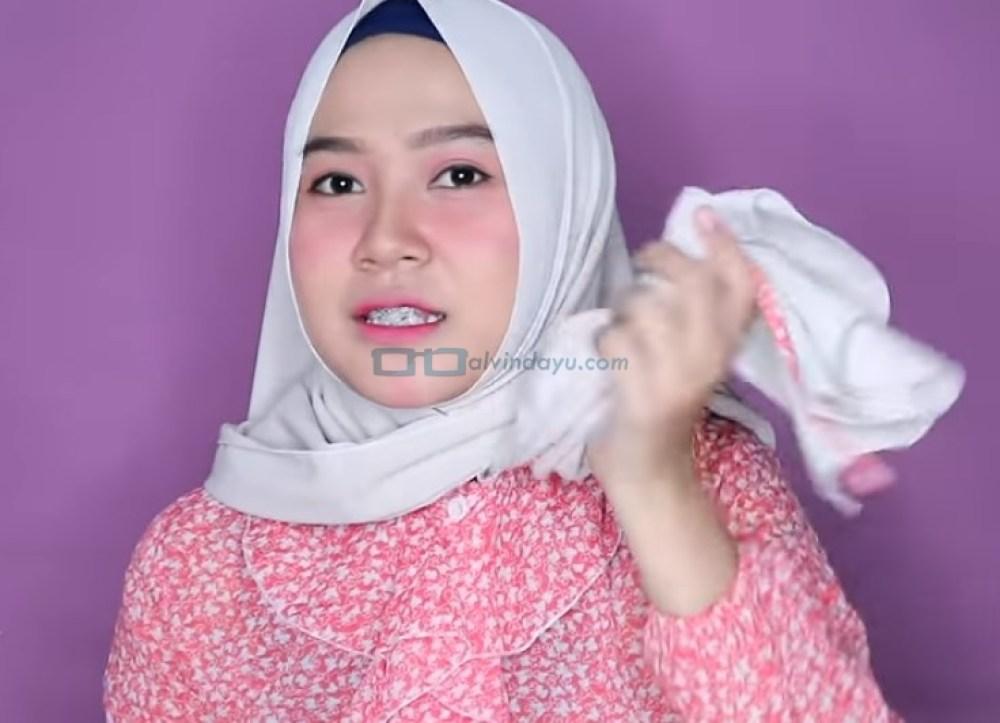Tutorial Hijab Pashmina Wajah Bulat Agar Terlihat Tirus, Ambil dan Bawa Sisi Hijab yang Pendek ke Belakang dengan Rapi