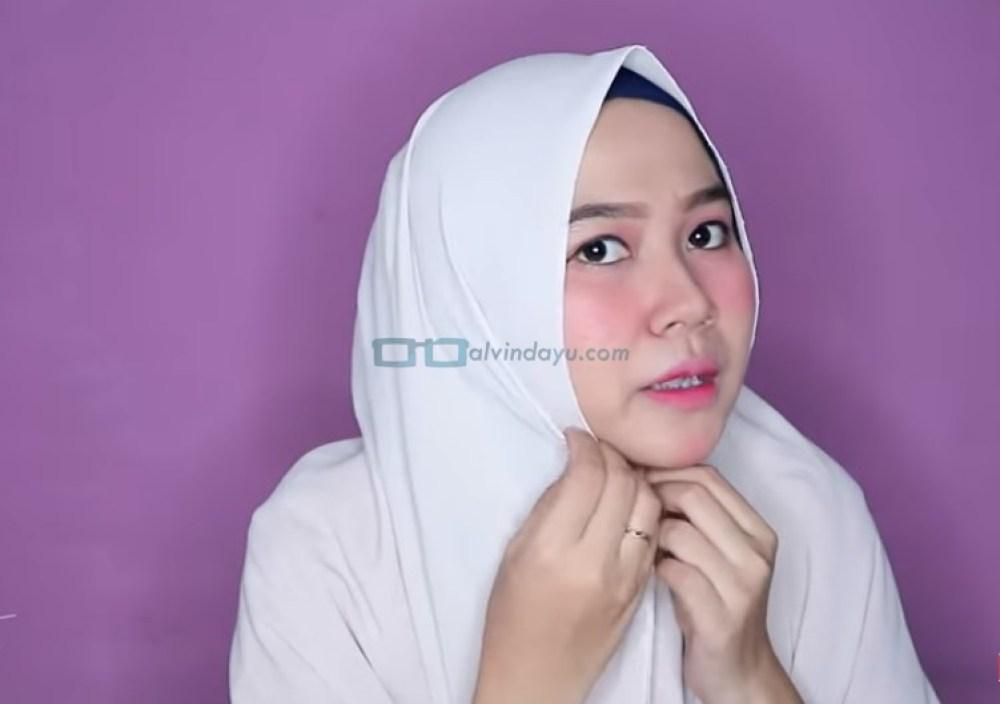 Tutorial Hijab Pashmina Wajah Bulat Agar Terlihat Tirus, Lipat Sedikit Kedua Sisi Hijab Agar Terlihat Tirus