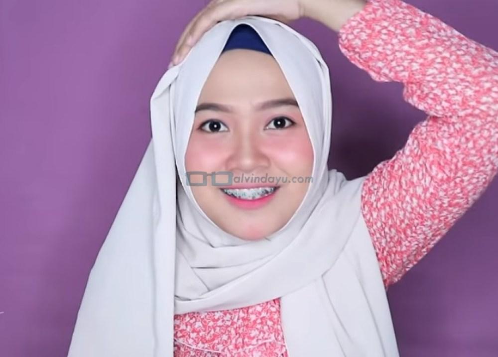 Tutorial Hijab Pashmina Wajah Bulat Agar Terlihat Tirus, Rapikan Hijab Pashmina yang Ada Diatas Kepala