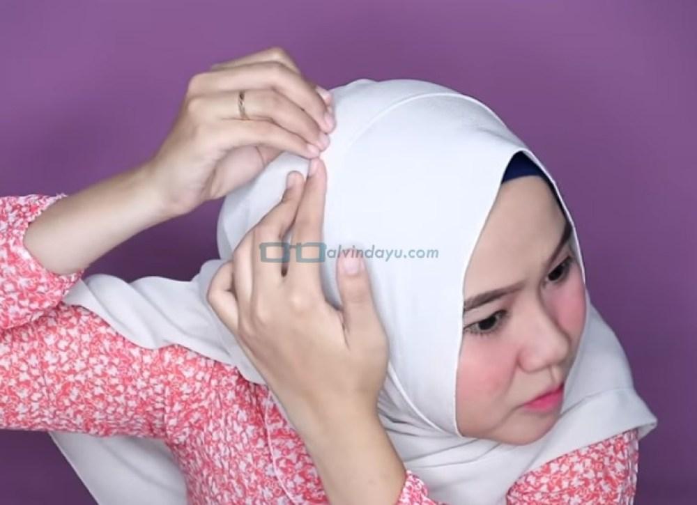 Tutorial Hijab Pashmina Wajah Bulat Agar Terlihat Tirus, Sematkan Jarum Pentul