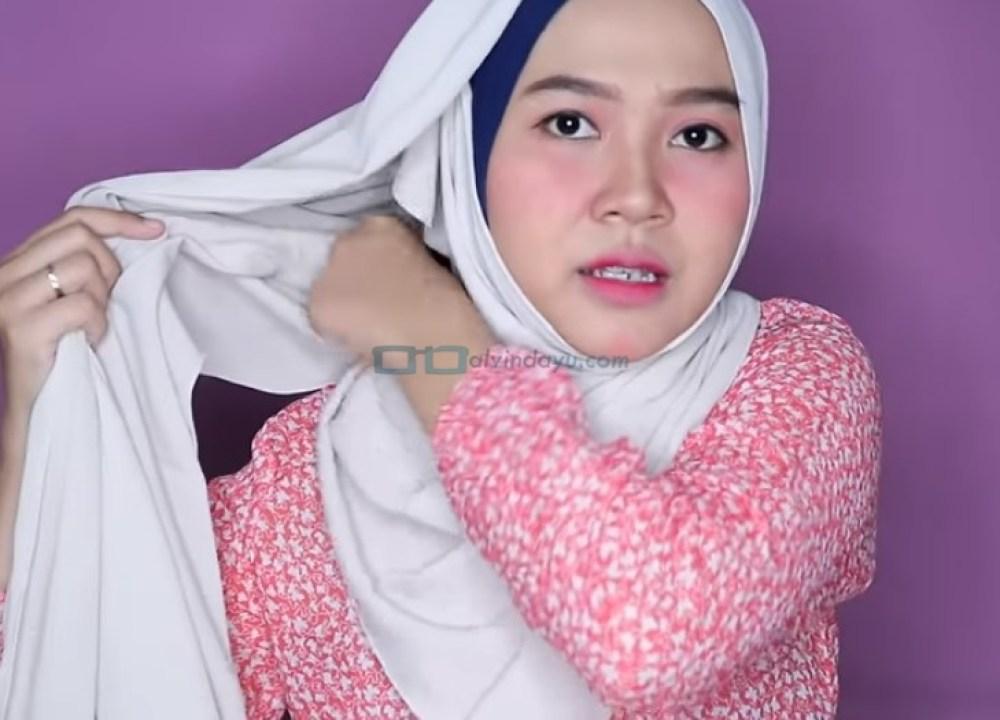 Tutorial Hijab Pashmina Wajah Bulat Simple dan Mudah untuk Remaja, Bawa dan Masukkan Sisi Hijab yang Pendek ke Belakang