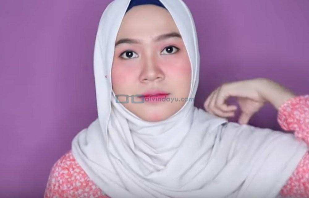 Tutorial Hijab Pashmina Wajah Bulat Simple dan Mudah untuk Remaja, Bawa ke Atas Bahu