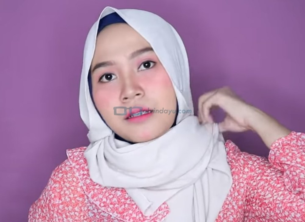 Tutorial Hijab Pashmina Wajah Bulat untuk Pesta, Bawa Kedua Sisi Hjab ke Belakang