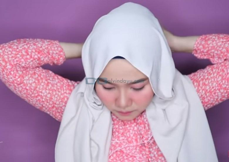 Tutorial Hijab Pashmina Wajah Bulat untuk Pesta, Bawa Kedua Sisi yang Dipegang Ujungnya ke Belakang