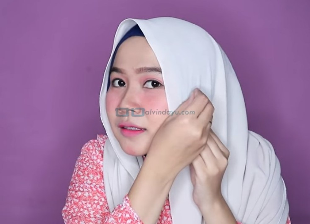 Tutorial Hijab Pashmina Wajah Bulat untuk Pesta, Buat Kedua Sisi Hijab Sama Panjang Lalu Rapikan dan Sematkan Peniti Hijab di Samping Pipi