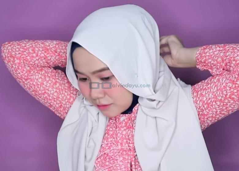 Tutorial Hijab Pashmina Wajah Bulat untuk Pesta, Sematkan Peniti Agar Tetap Rapi
